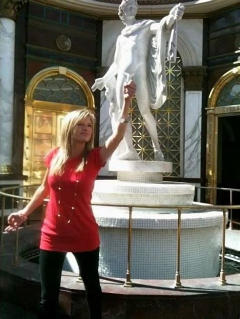people-girls-doing-funny-things-with-statues-world-pics